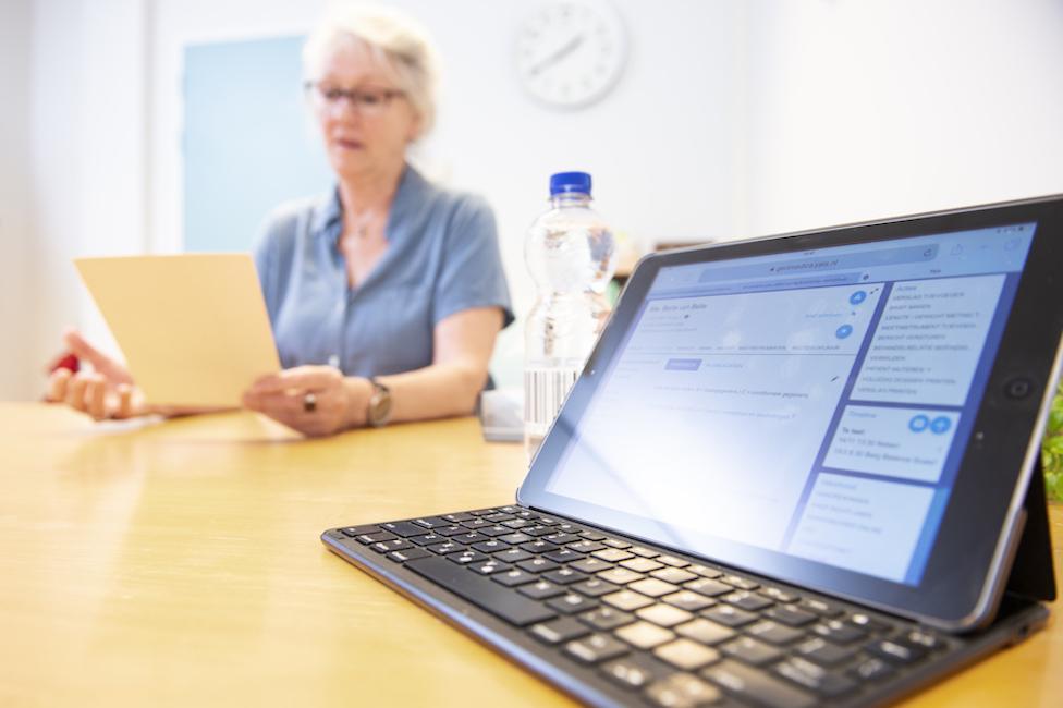 beeldscherm in de zorg gebruiksvriendelijke software zorgdossier gerimedica verpleeghuis behandelaar